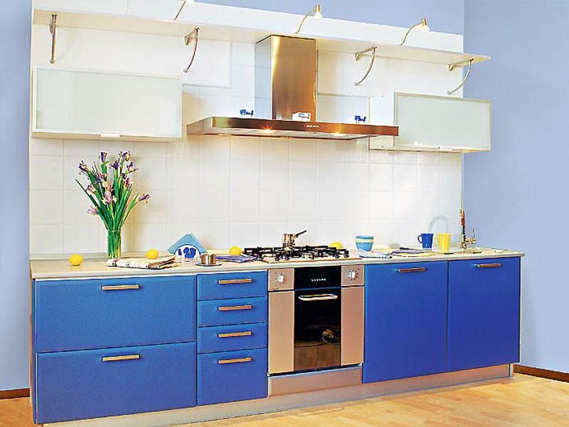 Интерьер совмещенной гостиной и кухни в коттедже 72