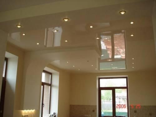 Интерьер комнаты с натяжными потолками